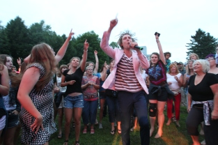 Eric Hutchinson singing with Do Good Fest audience